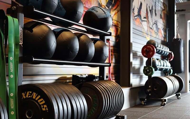 Des disques de poids et des meeting balls
